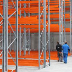 Eissing | Die Regale in der Halle werden aufgebaut